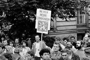 """""""1989: RIVOLUZIONE DI VELLUTO"""": AL MUSEO DI ROMA IN TRASTEVERE LE IMMAGINI LEGGENDARIE DELLA LIBERTÀ CECOSLOVACCA"""