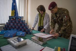 KOSOVO: IL CONTINGENTE ITALIANO DONA MATERIALE SANITARIO AGLI OSPEDALI DI GJAKOVA E KLINA