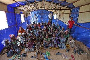 AIUTA UN GUERRIERO CON L'ARMA DELL'EDUCAZIONE: PARTE LA CAMPAGNA DI COOPI PER INTERVENTI IN NIGER E IN IRAQ