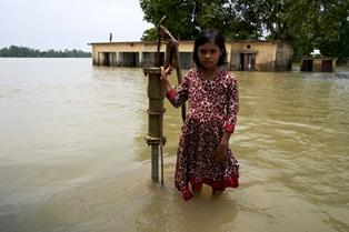 ALLARME UNICEF: IN NEPAL INDIA E BANGLADESH ALMENO 93 BAMBINI MORTI PER INONDAZIONI E FRANE