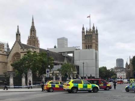 LONDRA: AUTO IMPAZZITA AL PARLAMENTO