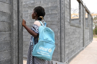 UNICEF/AMBIENTE: 9.600 TONNELLATE DI PLASTICA RICICLATA OGNI ANNO PER COSTRUIRE SCUOLE IN COSTA D'AVORIO