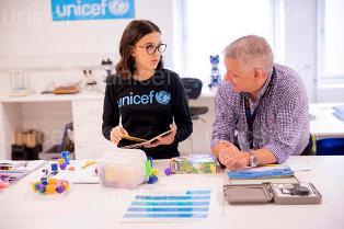 UNICEF: MILLIE BOBBY BROWN VISITA IL PIÙ GRANDE MAGAZZINO DI AIUTI AL MONDO A COPENAGHEN