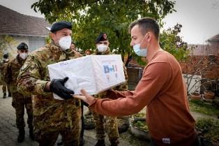 Kosovo: i militari italiani donano generi di prima necessità