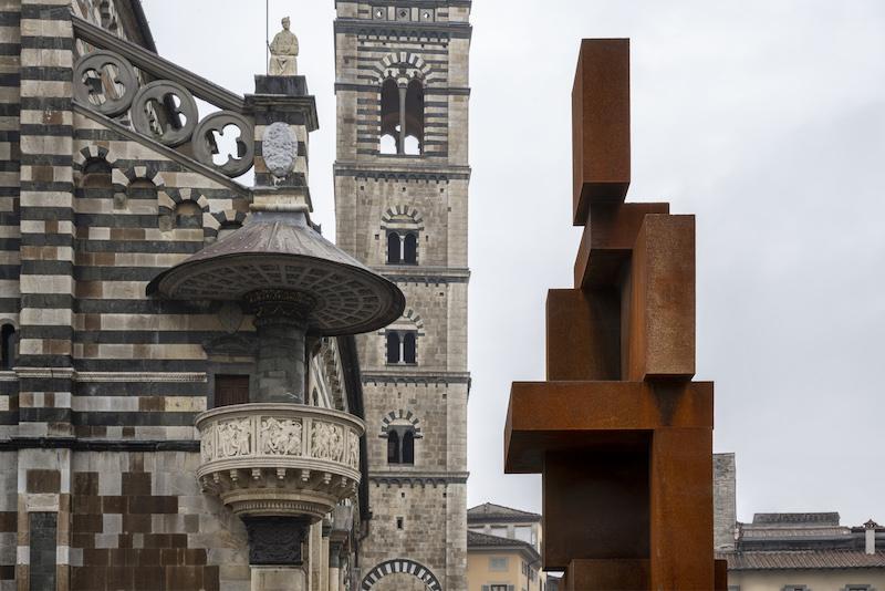 Shy: l'opera di Antony Gormley in Piazza Duomo a Prato