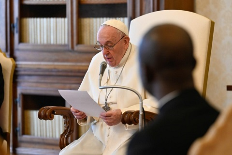 Francesco: la Chiesa maestra di preghiera