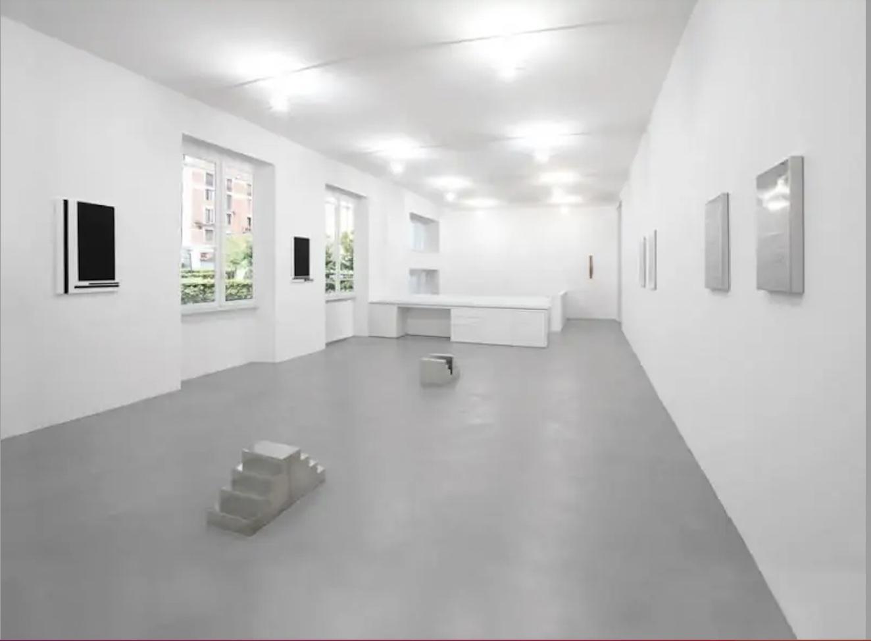 """""""Sul Margine"""": 70 anni di arte alla galleria Invernizzi di Milano"""