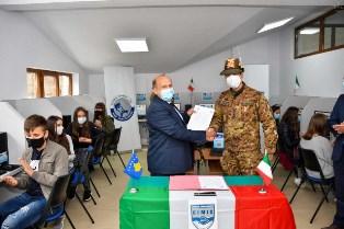 Missione in Kosovo: i militari italiani consegnano pc alle scuole