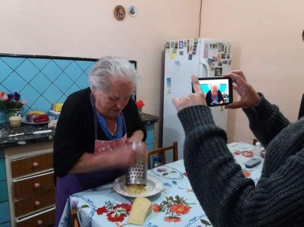 ITALIANI IN ARGENTINA: LA NONNA INFLUENCER CHE SPIEGA LE RICETTE ABRUZZESI