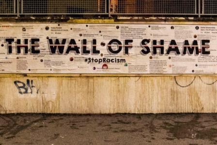 WALL OF SHAME: LA CONDANNA AL RAZZISMO DELLA STREET ARTIST LAIKA