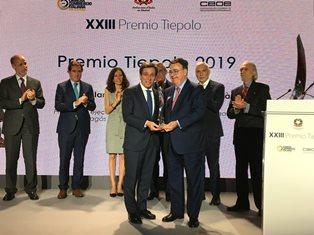 MARCO ALVERÀ (SNAM) E ANTONIO LLARDÉN (ENAGÁS) RICEVONO A MADRID IL PREMIO TIEPOLO 2019