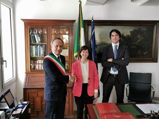 LONDRA: IL CONSOLATO GENERALE CONFERISCE LA CITTADINANZA ITALIANA AD ANITA HIBBERT DISCENDENTE DI GARIBALDI