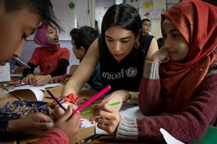 UNICEF IN LIBANO: DUA LIPA IN MISSIONE TRA I BAMBINI E GIOVANI SIRIANI RIFUGIATI