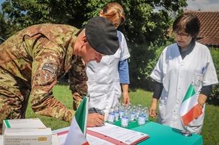 MISSIONE IN KOSOVO: SOLDATI ITALIANI DISTRIBUISCONO FARMACI PRESSO GLI OSPEDALI LOCALI