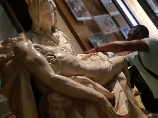 """TOCCARE PER """"SENTIRE"""" L'ARTE: GLI ATLETI NON VEDENTI AI MUSEI VATICANI"""