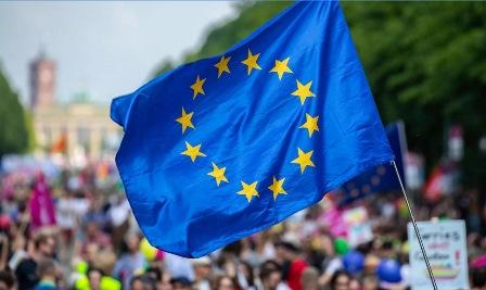 """EUROPEE: 6 ITALIANI SU 10 """"AFFEZIONATI"""" ALL'EUROPA"""