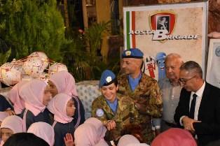 MILITARI ITALIANI IN LIBANO VICINI ALLA POPOLAZIONE LOCALE