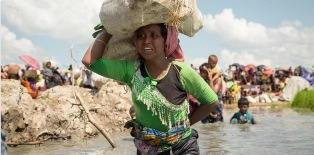 UNHCR: IN BANGLADESH MIGLIAIA DI NUOVI ARRIVI ASSISTITI NEL CENTRO DI TRANSITO ALLESTITO NEL CAMPO