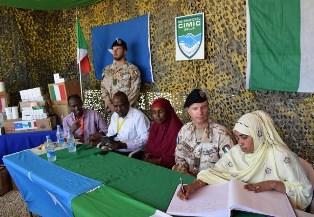 SOMALIA: L'ITALIAN NATIONAL SUPPORT ELEMENT DONA MEDICINALI PER BAMBINI E MADRI