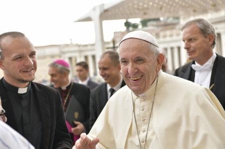 PAPA: LO SPIRITO SANTO CI RENDE LUCE E SALE DELLA TERRA