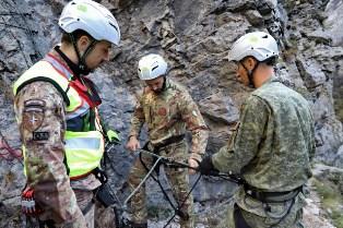 MISSIONE IN KOSOVO: MILITARI ITALIANI ADDESTRANO IL PERSONALE AL SOCCORSO ALPINO