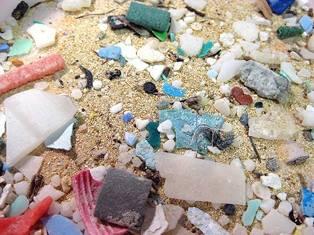 RICICLAGGIO PLASTICA: L'EUROPARLAMENTO CHIEDE LA MESSA AL BANDO DELLE MICROPLASTICHE