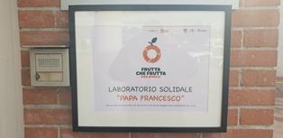 INTITOLATO A PAPA FRANCESCO PRIMO LABORATORIO SOLIDALE CHE TRASFORMA IL CIBO PER DONARLO A CHI È PIÙ FRAGILE