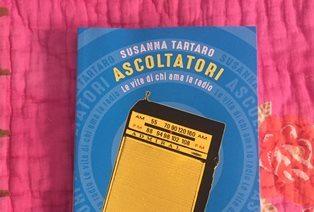 """""""ASCOLTATORI. LE VITE DI CHI AMA LA RADIO"""": SUSANNA TARTARO ALLA CASA DEGLI ITALIANI DI BARCELLONA"""