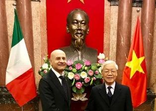 VIETNAM; L'AMBASCIATORE ALESSANDRO CONSEGNA LE LETTERE CREDENZIALI AL PRESIDENTE NGUYEN PHU TRONG