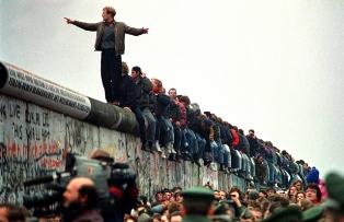 ANNIVERSARI: 30 ANNI FA, LA CADUTA DEL MURO DI BERLINO – di Francesco Bascone